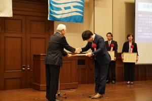 表彰式にて井戸知事から表彰状を受け取る代表の鈴木